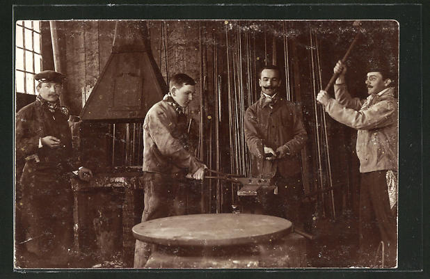 AK Schmiede arbeiten am Amboss in der Werkstatt