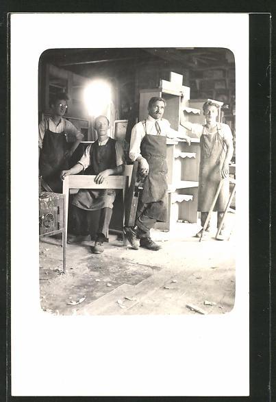 Foto-AK Tischler in ihrer Werkstatt