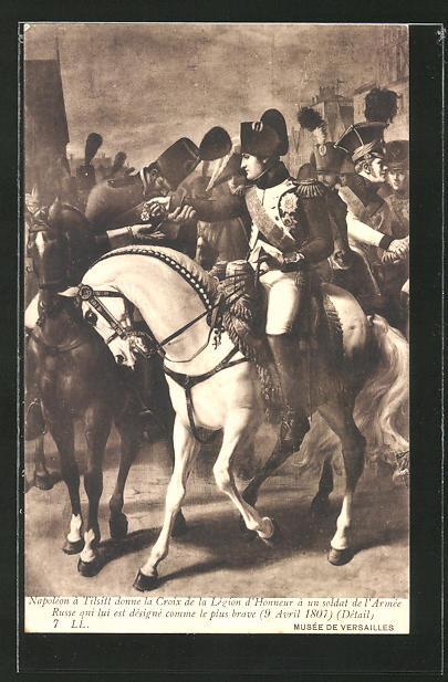 AK Napoleon Bonaparte à Tilsitt donne la Croix de la Légion d'Honneur à un soldat