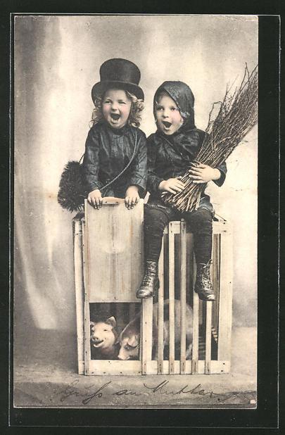 AK Kinder als Schornsteinfeger verkleidet auf einem Schweinekäfig