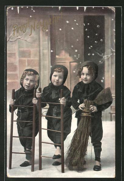 AK Schornsteinfeger-Kinder mit Leitern und Feger im Schnee