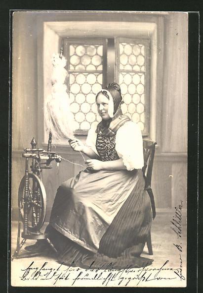 AK Frau in Schweizer Tracht am Spinnrad