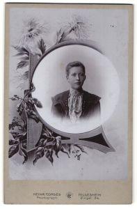 Fotografie Heinr. Cordes, Hildesheim, Portrait Mädchen in Zierahmen, Montage
