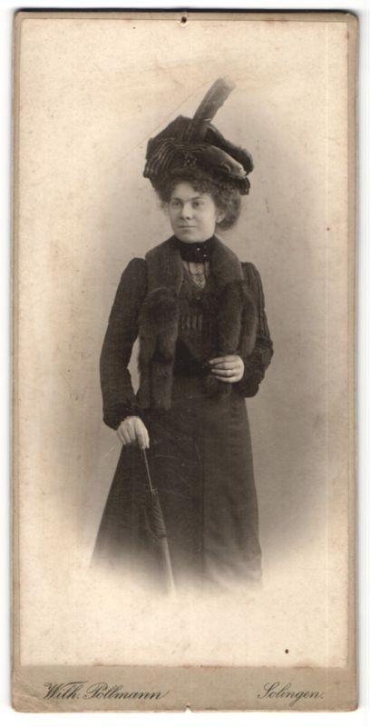 Fotografie Wilh. Pollmann, Solingen, Portrait Dame in zeitgenöss. Mode mit Pelzschal und Hut