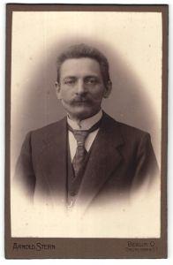 Fotografie Arnold Stern, Berlin-O, Portrait bürgerlicher Herr mit Schnauzbart