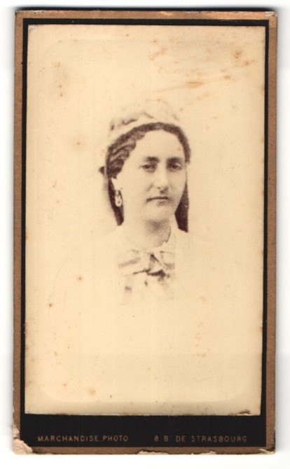 Fotografie Marchandise, Paris, Portrait Dame mit zeitgenöss. Kopfbedeckung