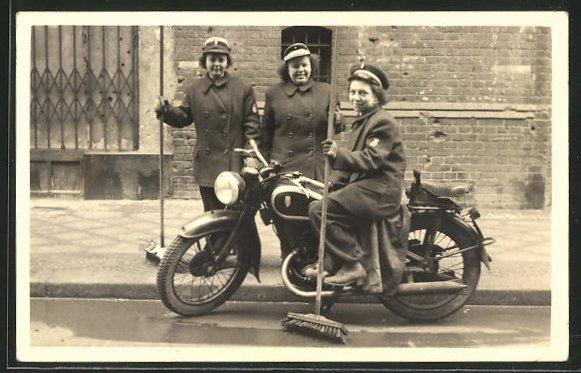 Foto-AK Berlin, Motorrad DKW, Damen der Strassenreinigung
