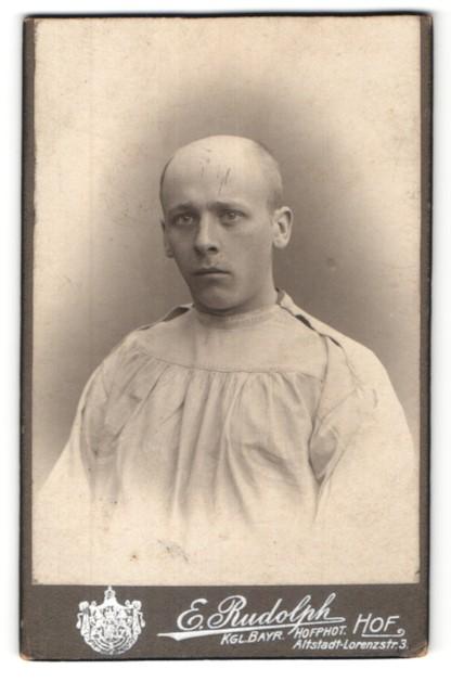Fotografie E. Rudolph, Hof i/B, Portrait Patient mit rasiertem Schädel