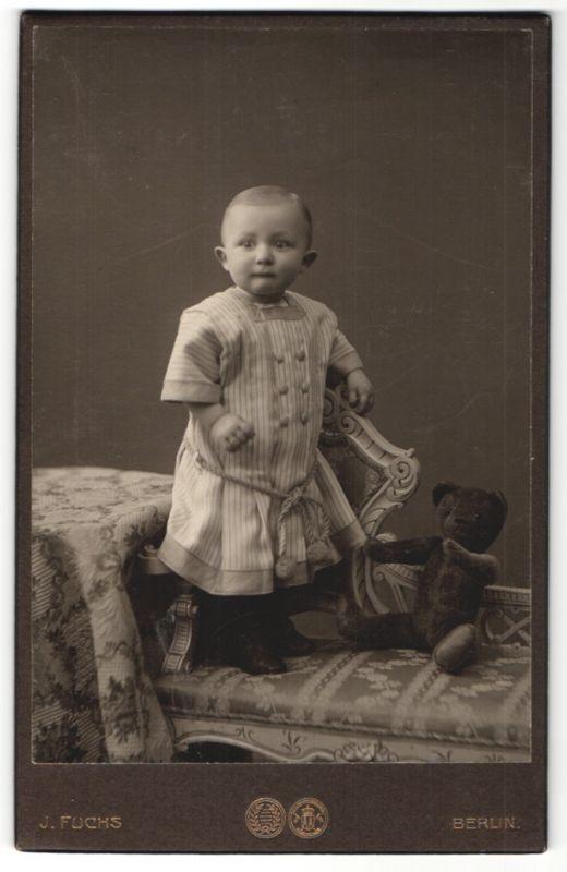 Fotografie J. Fuchs, Berlin, Portrait Kleinkind mit Teddy