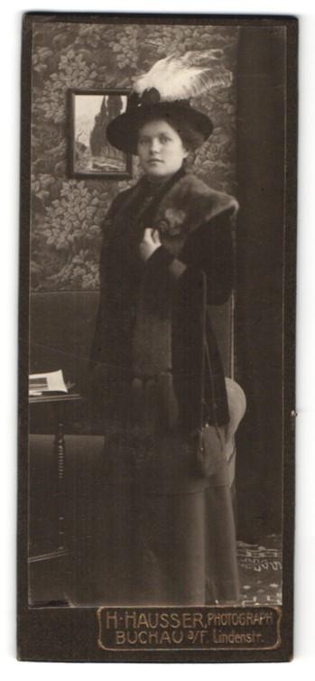 Fotografie H. Hausser, Buchau a/F, Portrait junge Dame in zeitgenöss. Mode mit Pelzschal