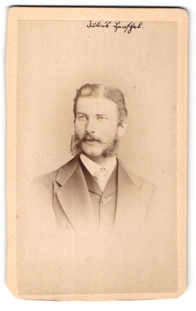 Fotografie C. Höpfner, Halle a/S, Portrait junger bürgerlicher Herr mit Backenbart