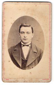 Fotografie J. Dahl, Hamburg, Portrait junger Herr mit Seitenscheitel