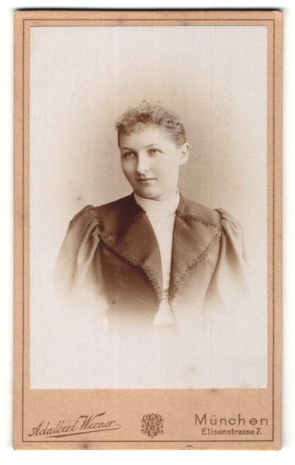 Fotografie Adalbert Werner, München, Portrait Frau mit zusammengebundenem Haar