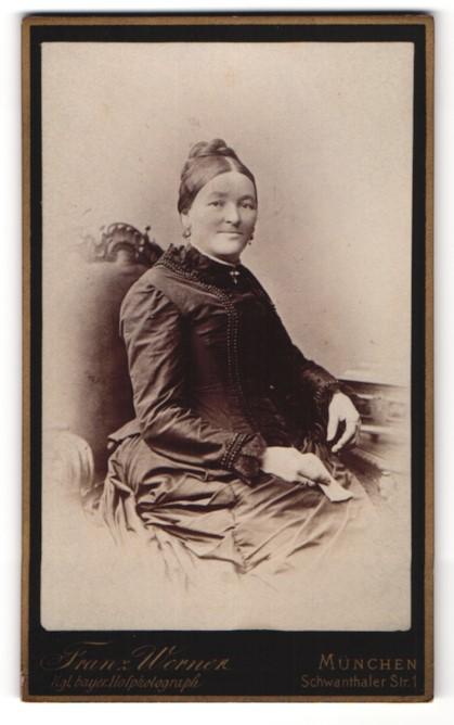 Fotografie Franz Werner, München, Portrait Frau mit zeitgenöss. Frisur