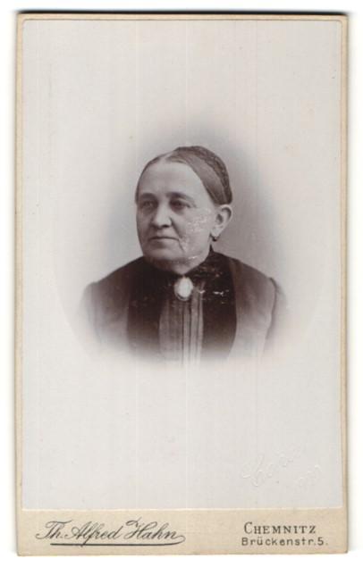 Fotografie Th. Alfred Hahn, Chemnitz, Portrait betagte Dame mit strenger Frisur