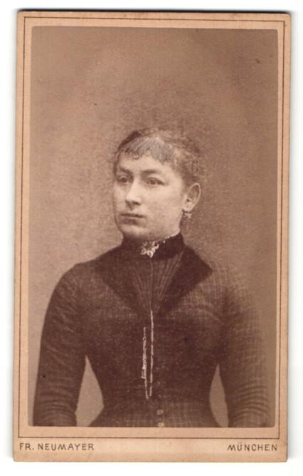 Fotografie Fr. Neumayer, München, Portrait Frau mit zeitgenöss. Frisur