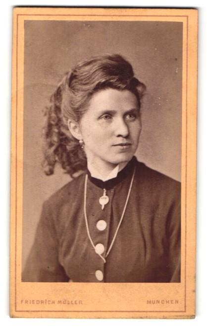 Fotografie Friedrich Müller, München, Portrait junge Frau mit zeitgenöss. Frisur