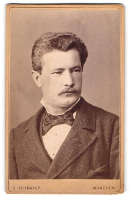 Fotografie O. Reitmayer, München, Portrait Herr mit zeitgenöss. Frisur