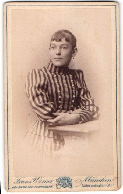 Fotografie Franz Werner, München, Portrait Mädchen in elegantem Kleid