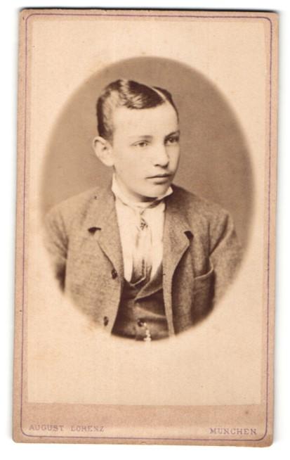 Fotografie August Lorenz, München, Portrait Knabe mit zeitgenöss. Frisur