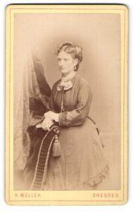 Fotografie R. Müller, Dresden, Portrait bürgerliche Dame in Kleid