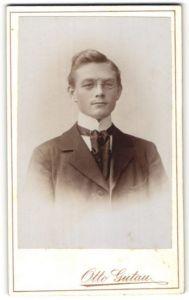 Fotografie Otto Gutau, Berlin-O, Berlin-Adlershof, Portrait junger bürgerlicher Herr mit Zwicker