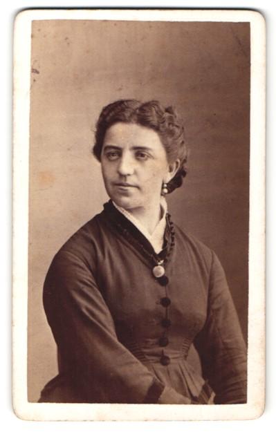 Fotografie Franz J. Mock, Buchau, Portrait, Portrait Frau mit zeitgenöss. Frisur