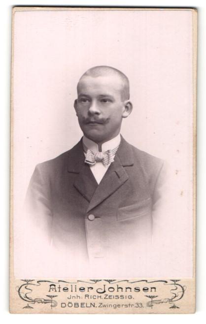 Fotografie Rich. Zeissig, Döbeln, Portrait Mann mit rasiertem Schädel
