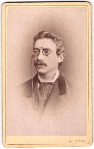 Fotografie J. Tomás, Prag, Portrait, Portrait Herr mit zeitgenöss. Frisur und Zwicker