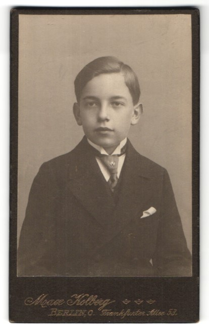 Fotografie Max Kolberg, Berlin-C, Portrait Knabe in feierlicher Kleidung