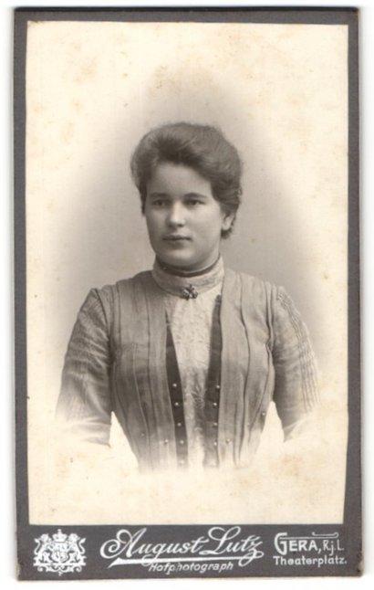 Fotografie August Lutz, Gera, Portrait junge Dame mit zeitgenöss. Frisur
