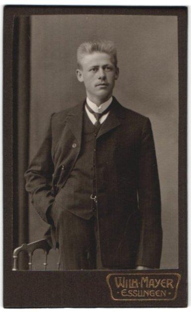 Fotografie Wilh. Mayer, Esslingen, Portrait junger Herr mit Bürstenhaarschnitt