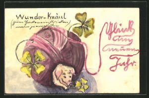Künstler-AK Handgemalt: Neujahrsgruss, Schwein und Glücksklee in einem Wollknäuel