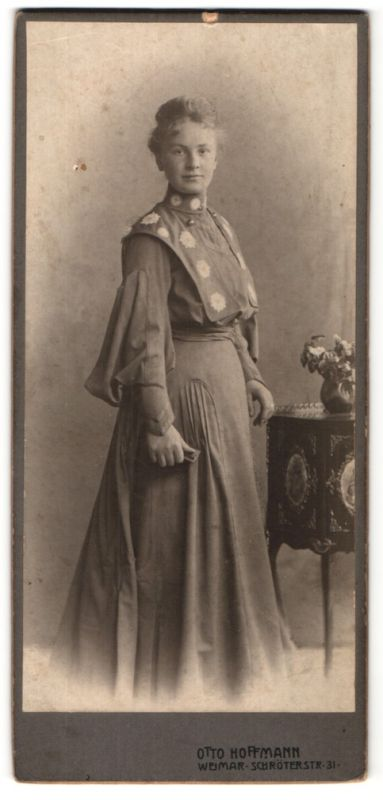 Fotografie Otto Hoffmann, Weimar, Portrait junge Dame in zeitgenöss. Kleid