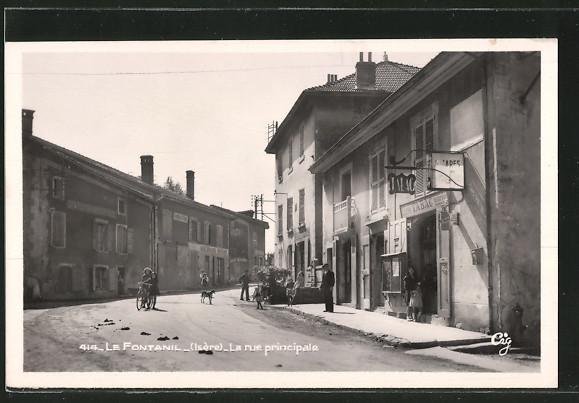 AK Le Fontanil, la rue principale à hauteur du tabac, quelques personnes dans la rue