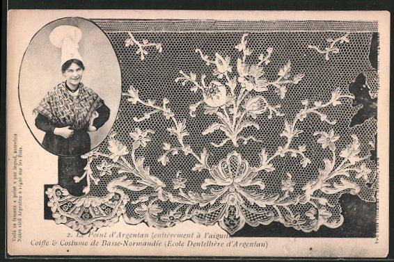 AK Le Point d'Argentan, Coiffe et costume de Basse-Normandie, Frau in Volkstracht, geklöppelte Spitze