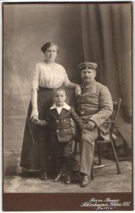 Fotografie Herm. Beyer, Berlin, Portrait Feldgrauer mit Familie