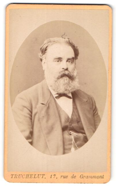 Fotografie Truchelut, Paris, Portrait Herr mit Vollbart in Anzug