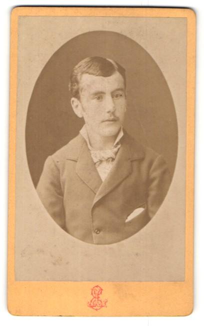 Fotografie Léon, Grenoble, Portrait junger Herr mit zeitgenöss. Frisur