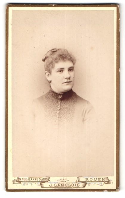 Fotografie J. Langlois, Rouen, Portrait junge Frau mit zusammengebundenem Haar