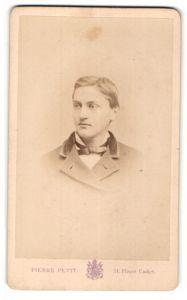 Fotografie Pierre Petit, Paris, Portrait junger Herr mit Seitenscheitel