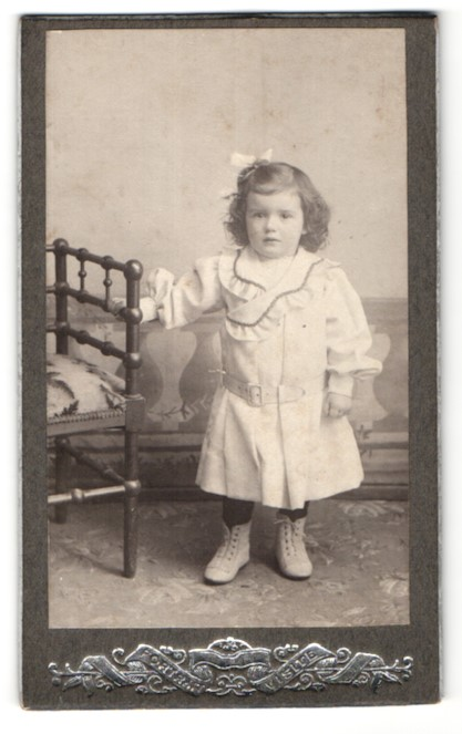 Fotografie unbekannter Fotograf und Ort, Portrait kleines Mädchen in zeitgenöss. Kleidung
