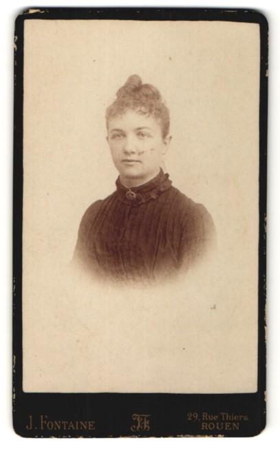Fotografie J. Fontaine, Rouen, Portrait Fräulein mit zusammengebundenem Haar