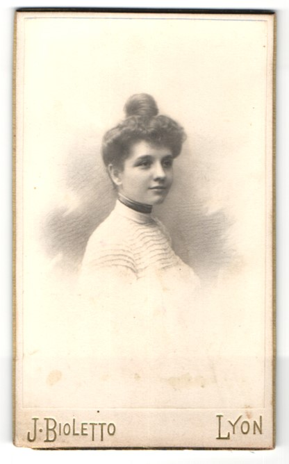 Fotografie J. Bioletto, Lyon, Portrait Fräulein mit zeitgenöss. Frisur