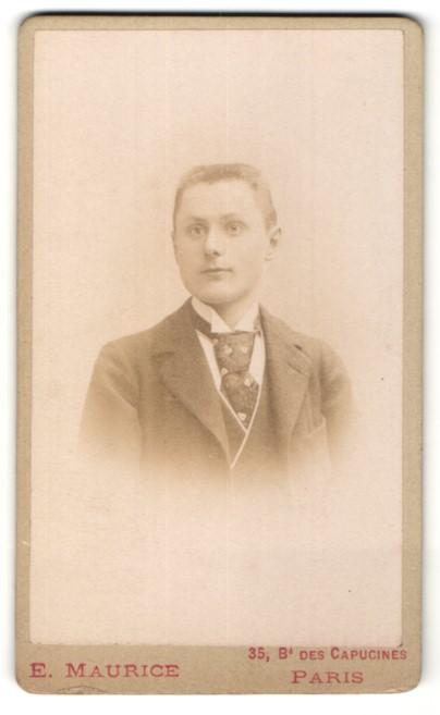 Fotografie E. Maurice, Paris, Portrait junger Mann mit Bürstenhaarschnitt