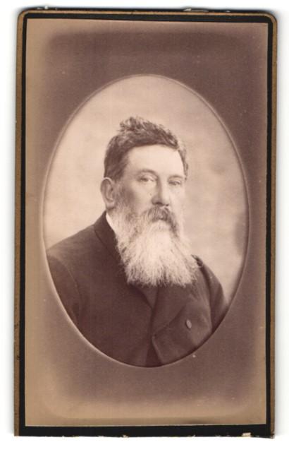 Fotografie unbekannter Fotograf und Ort, Portrait betagter Herr mit Vollbart