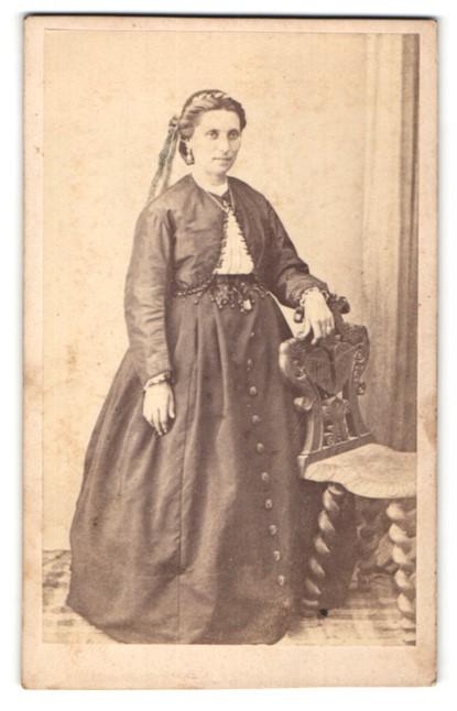 Fotografie Sérès, Cordes, Portrait Dame in zeitgenöss. Kleidung