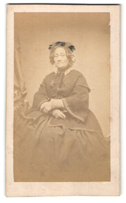 Fotografie H. Sabatier, unbekannter Ort, Portrait betagte Dame in zeitgenöss. Mode