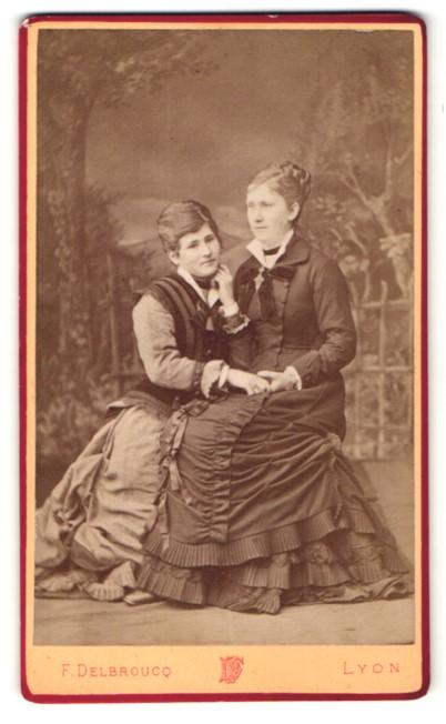Fotografie F. Delbroucq, Lyon, Portrait zwei junge Frauen in zeitgenöss. Kleidung