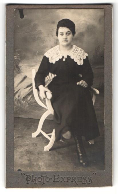 Fotografie unbekannter Fotograf und Ort, Portrait junge Frau in zeitgenöss. Kleidung